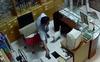Camera chộp được mặt tên trộm trong tiệm mắt kính
