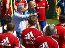 Guus Hiddink và đội Nga tập trong sân phủ bạt