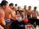 Clip người dân, du khách mua cá, tắm biển tại Đà Nẵng