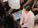 Người thân nạn nhân cầm di ảnh tới phiên tòa xử bác sĩ Lương