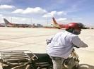 Lý giải lý do người đi xe máy vào được sân đậu máy bay