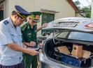 Truy đuổi ô tô chở hơn 200 chai rượu ngoại không giấy tờ