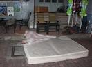 Cô gái leo ra lan can lầu 11 dọa tự sát và rơi xuống đất
