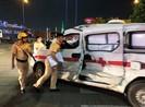 Xe cấp cứu bị container tông bẹp dúm ở quận 2