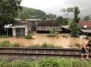 Đường sắt qua tỉnh Khánh Hòa bị tê liệt do mưa lớn