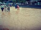 Nước tràn qua quốc lộ 1 ở Phú Yên chia cắt nhiều xã