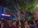 Leo cây, leo cột... xem bóng đá ở phố đi bộ Nguyễn Huệ