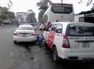 Dàn hàng ngang sửa xe hơi dưới lòng đường