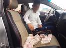 Tài xế dùng tiền lẻ qua trạm BOT quốc lộ 5