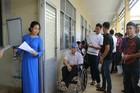 Thí sinh ngồi xe lăn đến làm thủ tục thi