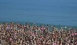 2.500 phụ nữ khỏa thân tắm biển để gây quỹ từ thiện