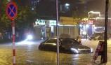 Đón cơn mưa 'khủng', nhiều đường Hà Nội ngập trong nước