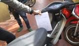 Xe máy tông ô tô, tự thỏa thuận đền bù thì có bị giam xe?