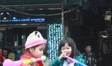 Trời lạnh, nhiều em bé quyết chờ đợi U23 Việt Nam
