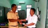 Đại úy CSGT nhặt ví có 15 triệu đồng bên trong