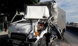 Cắt cabin xe đông lạnh cứu tài xế bị thương, mắc kẹt