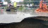 Video: Mưa lớn, xuất hiện hố 'tử thần' trên đường
