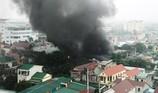 Sau tiếng nổ, kho vỏ xe bên quốc lộ 1A cháy dữ dội