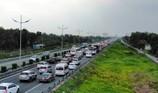 Xe chở dừa lật ngang trên cao tốc TP.HCM-Trung Lương