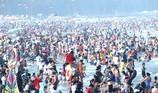 'Biển người' chen chúc đổ về biển Sầm Sơn ngày nghỉ lễ