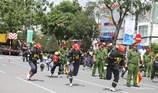 Lính cứu hỏa trổ tài bò đường ống, cõng nạn nhân
