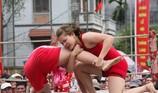 Nữ đô vật thách đấu và quật ngã nam đô vật tại hội làng