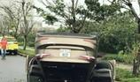 Ô tô húc gãy cây rồi 'phơi bụng', tài xế đạp cửa thoát thân