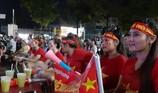 Người dân tỉnh Tây Ninh cổ vũ cho đội tuyển dưới trời mưa