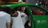 Sản phụ sinh em bé ngay trên xe taxi