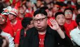 'Bản sao Kim Jong Un' xuất hiện ở phố đi bộ cổ vũ đội tuyển VN