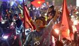 Người dân cố đô Huế đội mưa mừng vô địch AFF Cup