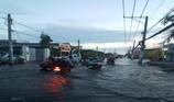Đường Lê Văn Lương biến thành sông vì triều cường
