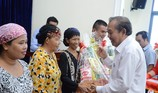 Phó Thủ tướng Trương Hòa Bình trao quà cho đồng bào Chăm