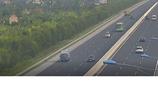 Ô tô con dừng xe giữa cao tốc, xuýt bị xe bus tông