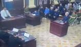 Gần 1 giờ, Vũ 'nhôm' ngồi viết dưới sự giám sát của cảnh sát