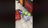 Bảo vệ siêu thị lục soát đồ khách vì nghi là trộm