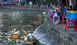 Thản nhiên hóng mát, câu cá trên khúc kênh đầy rác