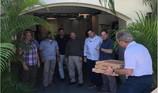 Cựu Tổng thống Bush tự tay mua Pizza cho mật vụ bảo vệ mình