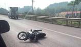 Xe máy chạy vào cao tốc, tông 2 CSGT nhập viện
