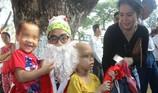 Ông già Noel xuất hiện bất ngờ làm ấm lòng các bệnh nhi