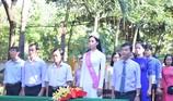 Tân hoa hậu Trần Tiểu Vy dự lễ chào cờ ở trường cũ