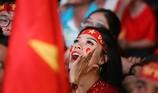 Bóng hồng cháy hết mình cổ vũ tuyển VN trên phố Nguyễn Huệ