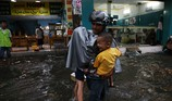 Chùm ảnh đường ngập, học sinh bì bõm về nhà trong mưa