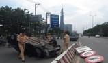 'Xế hộp' lật trên xa lộ Hà Nội, tài xế mắc kẹt được giải cứu