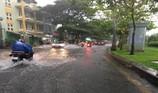 TP HCM: Đường ngập nước mưa do cống đầy...rác