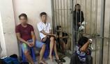 Bắt 8 người nghiện mua ma túy qua ô cửa ở phố Tây