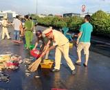 CSGT quận 12 cùng người dân thu gom cá giúp chủ xe gặp nạn