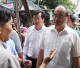 Bí thư Nguyễn Thiện Nhân đi thăm bà con Thủ Thiêm