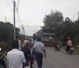 Dân chặn xe phế thải để phản đối nhà máy gây ô nhiễm