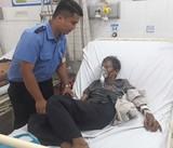 Bảo vệ cõng người bệnh nguy kịch đi cấp cứu